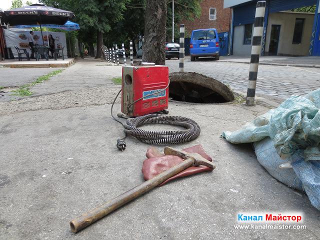 Машината за отпушване на канали оставена до шахтата