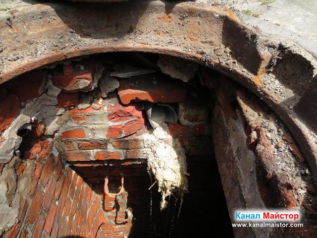 По-близък план на канализационната шахта