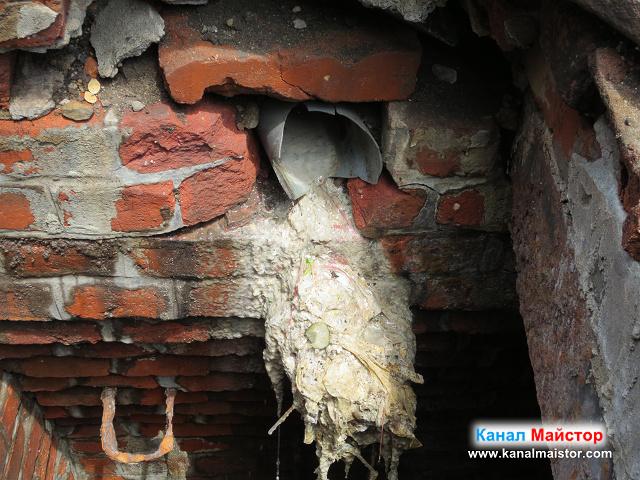 Под канализационната тръба се виждат хранителни остатъци от заведението за бързо хранене