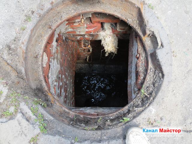 Канализационната шахта погледната отгоре