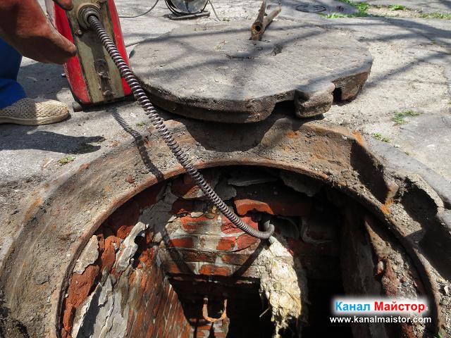 Отпушване на канала през тръбата отвеждаща в канализационната шахта