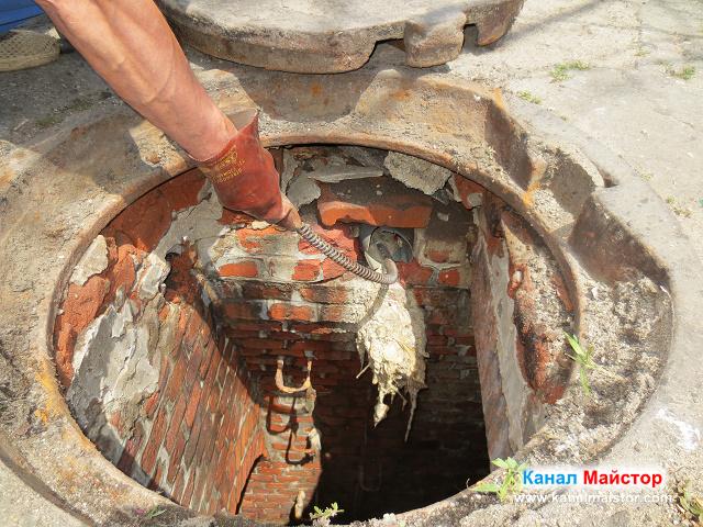 Вкарване на спиралата за отпушване на канали в тръбата