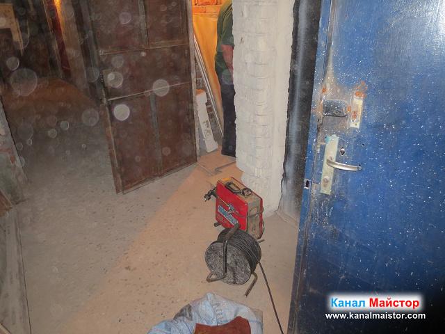снимка пред мазето, в което се намира запушеният щранг