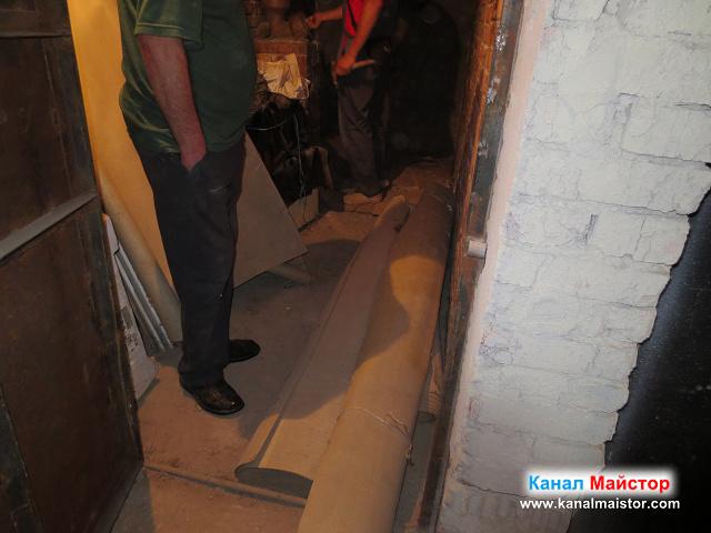 снимка в мазето, в което се намира запушеният щранг