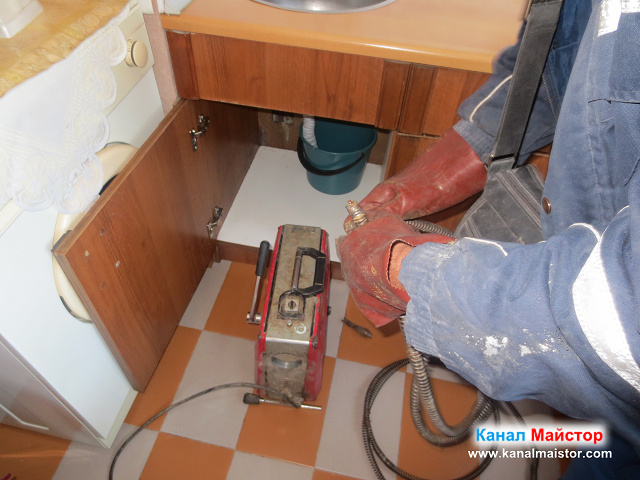 разкопчаване на спиралите за отпушване на мивки