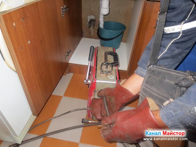 поставяне на спиралата за отпушване на мивки