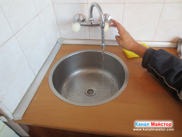 Водата в мивката се оттича нормално