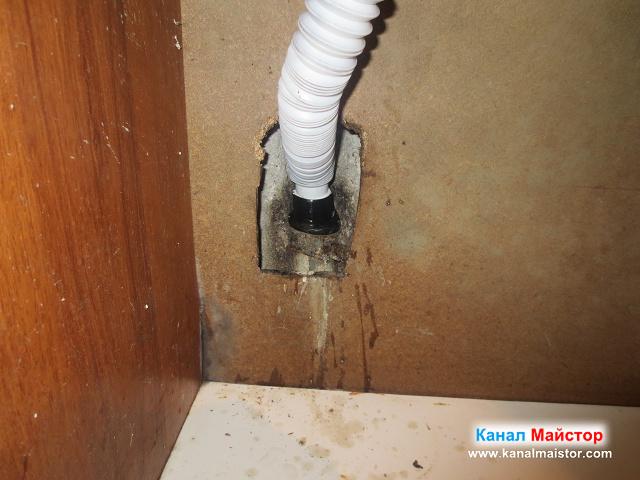 поставяне на гофрираният накрайник на сифона на мивката в канализационната тръба