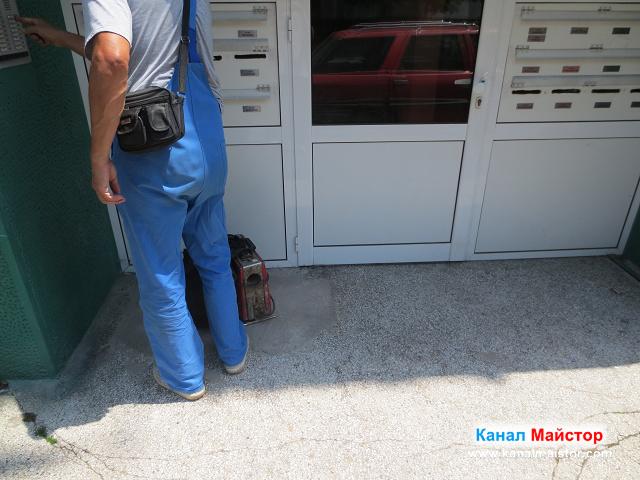 Канал Майстор звъни да му отворят входната врата на адреса със запушеният канал на мивка