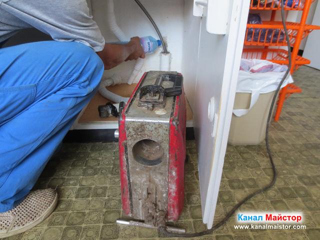 Продължаваме да наливаме топла вода в канала на мивката