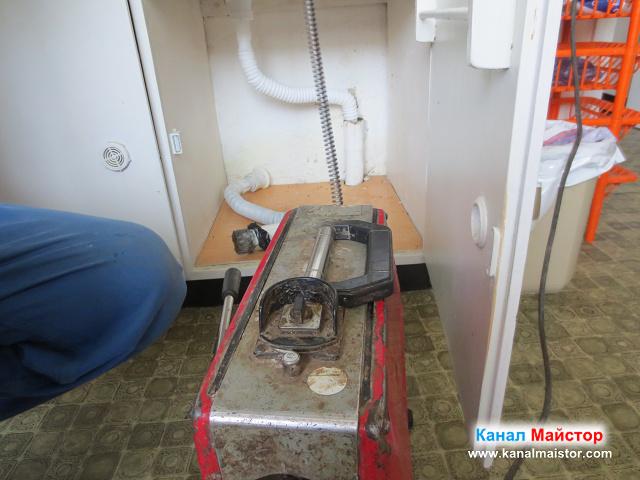 Поставяме гофрираната тръба в канала на мивката