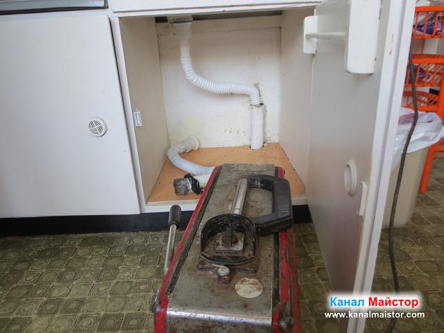 Гофрираната тръба е вече в канала на мивката и мивката е готова за работа