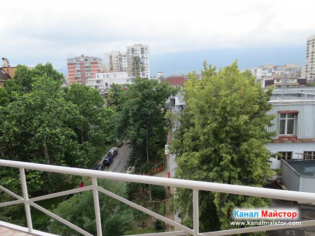 Изглед от балкона, на който се намира сифона