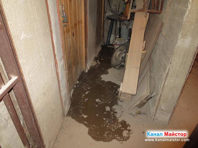 Водата изтичаше под вратата на мазето