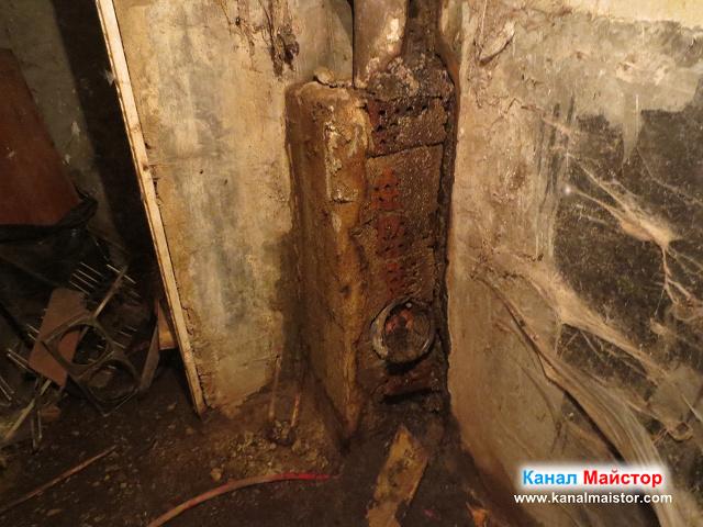 Оградената с тухли канализационна тръба
