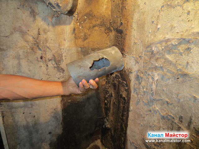Тази пвц тръба е била счупена и е вкарвала миризма от канализацията в мазето