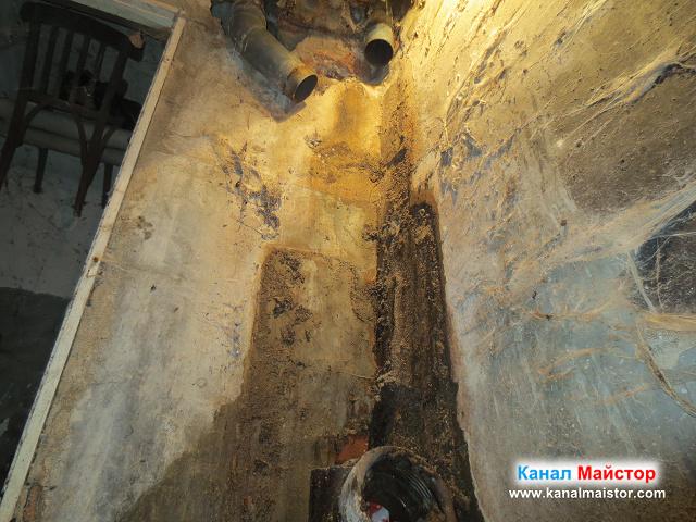 Поглед към канализационните пвц тръби идващи отгоре
