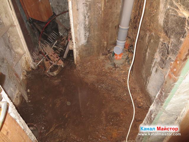 Долната част на вертикалният канализационен щранг