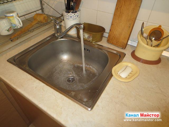 водата тече безпроблемно в канала на мивката, без да вдига ниво. мивката е отпушена.