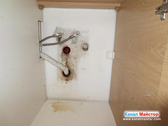 вкарали сме гофрираната тръба на мивката в долният канализационен отвор, тъй като за горният е нужен маншон.