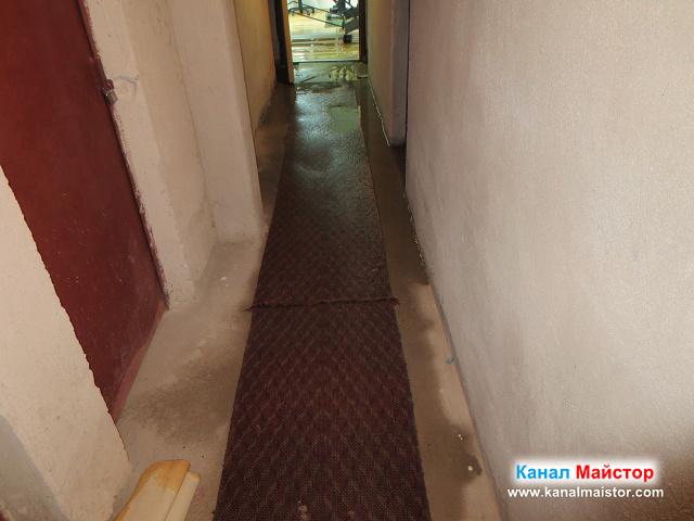 наводненият коридор в мазето