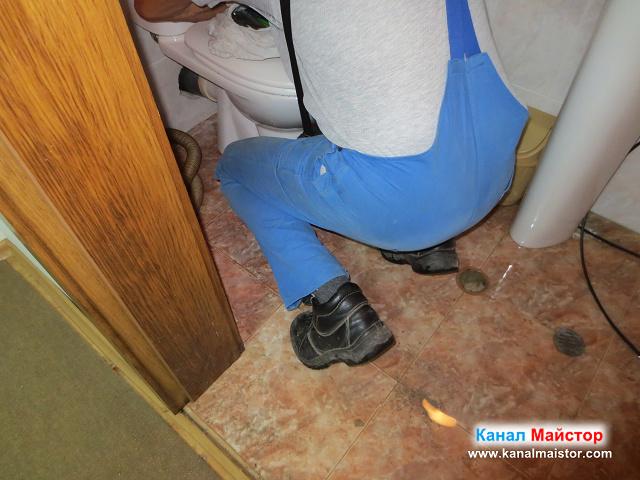 разкчане на тоалетната, за да можем да отпушим канала