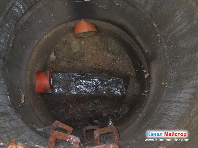 близък план на течащата в шахтата вода