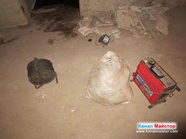 В мазето сме разтоварили машината ни за отпушване на канали, спиралите и разклонителя