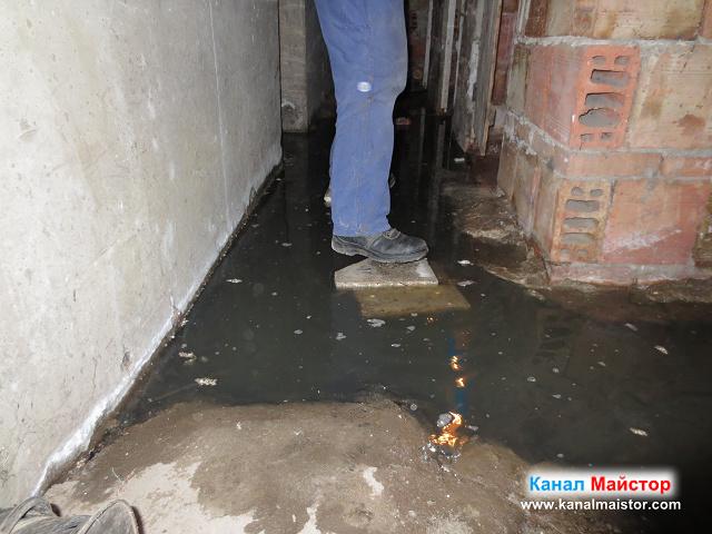 Наводненият коридор, който води към наводненото мазе