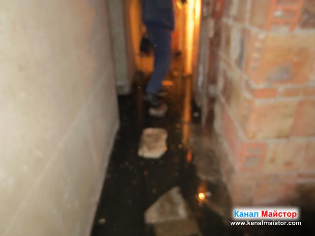 Сложени са плочки върху, които да се стъпва на сухо, а не да се измокриш в наводненият коридор на мазето