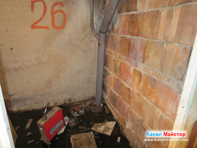 Тук се виждат канализационните тръби, които минават през това мазе