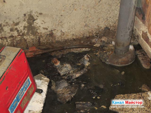 Спиралата ни за отпушване на канали е вкарана през отвора във вертикалният канализационен щранг