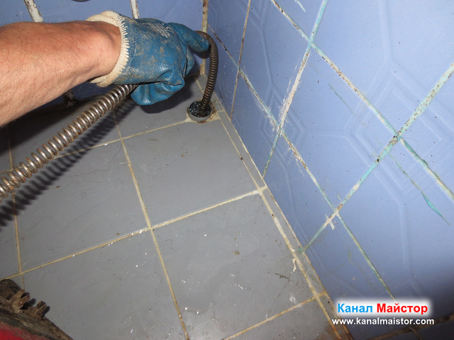 Отпушваме канализацията през тръбата на мивката