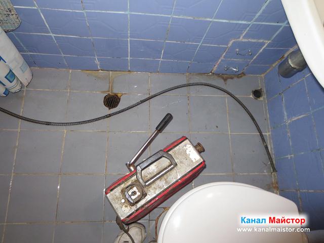 Пода на банята с отворите на мивката и сифона, чакат да ги отпушим