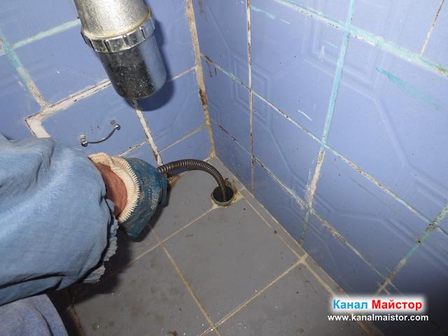 Канализационната тръба на мивката я отпушваме с нашите спирали за отпушване на канали