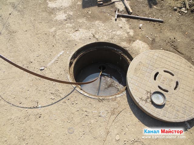 В шахтата се вижда вода, която не може да се изтече поради това, че се намира на по-ниско ниво от това на ревизионният отвор намиращ се в нея
