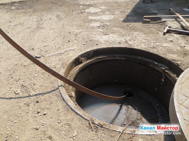 Канализационната шахта, през която отпушихме канализацията