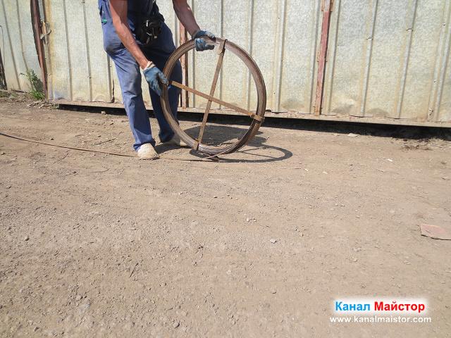 Размотаваме шината за отпушване на канали