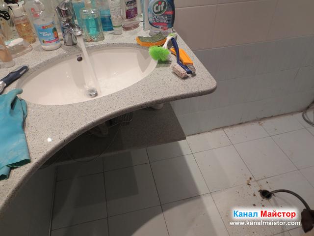 Пуснахме водата от мивката да тече, за да отмива разпробитите мазнини от канала на сифона, надолу по канала към вертикалният щранг