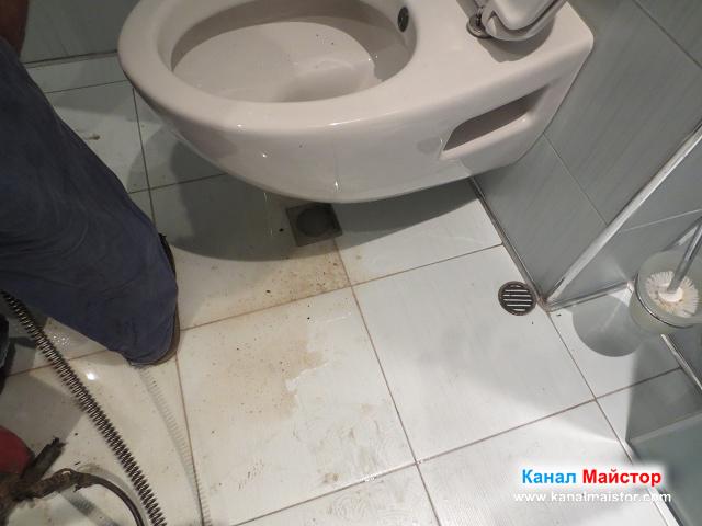 Подовият сифон под тоалетната също беше задържал вода