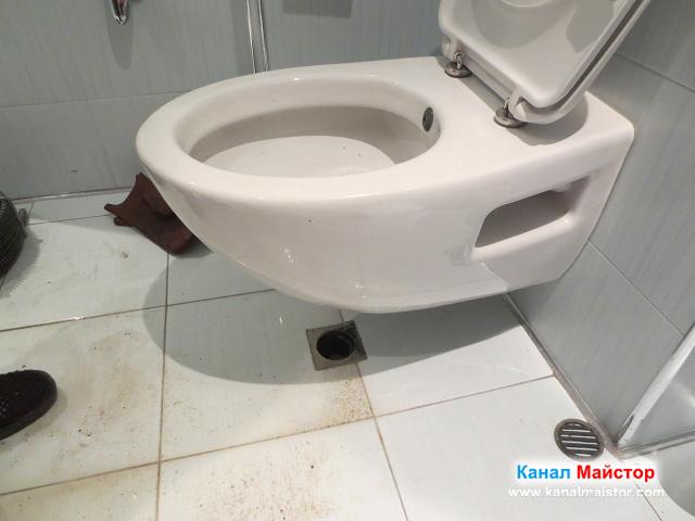 Канала на двата подови сифона и мивките е вече отпушен