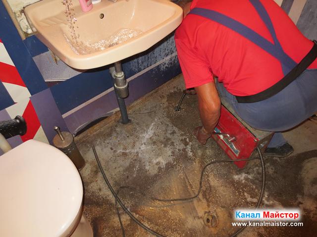 Отпушване на тръбата на сифона и мивката, през извода за вана, докато водата в мивката тече