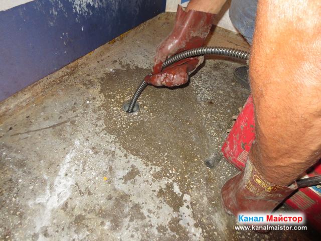 Спиралата ни за отпушване на канали, почиства тръбата на сифона, мивката и извода за вана