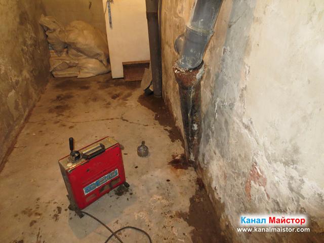 Това е мазето с двата вертикални канализационни щранга, от които започнахме отпушването