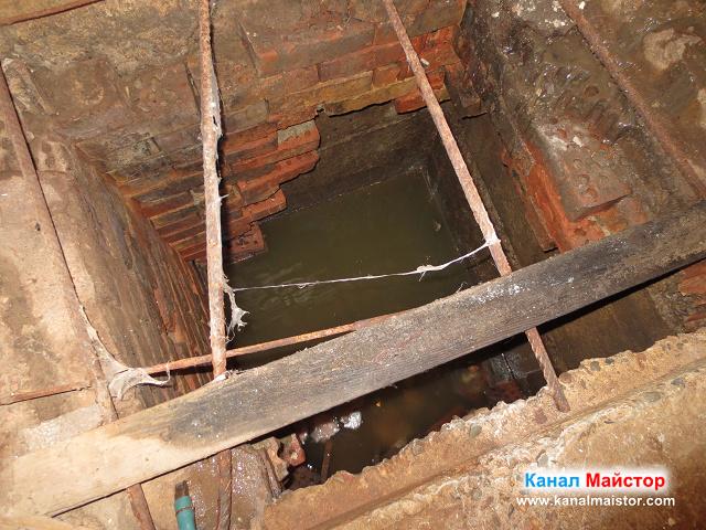 Това е пълната канализационна шахта в един от коридорите на мазето