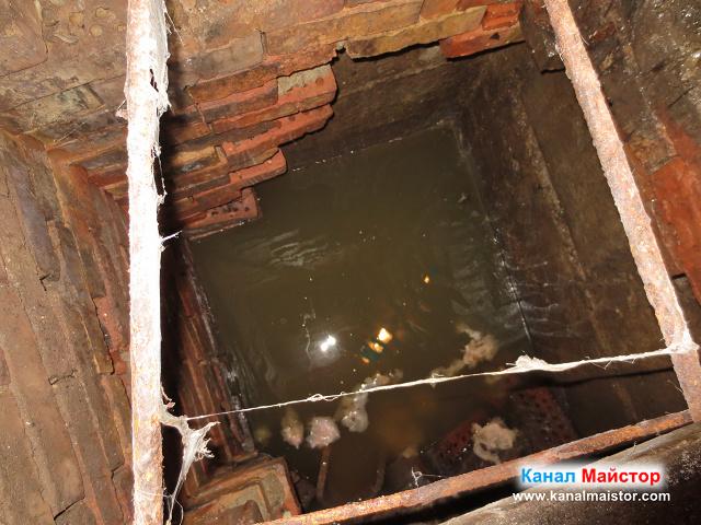В пълната шахта с фекална вода, има и доста мокри кърпички, които причиняват запушвания