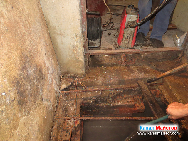 Тук вече, отпушваме канализацията в мазето на блока, през шахтата, която беше дигнала ниво и беше пълна с мръсна (фекална) вода
