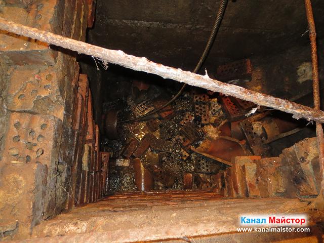 Ясно се вижда как по-дъното на шахтата е пълно с тухли, които са изпадали от една от стените на шахтата, тъй като тази канализационна шахта е за ремонт