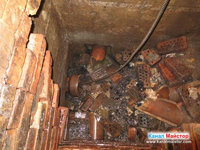 Спиралите ни се въртят в канализационната тръба, за да я отпушват, но тази шахта е за ремонт, което ясно се вижда от изпопадалите в нея тухли
