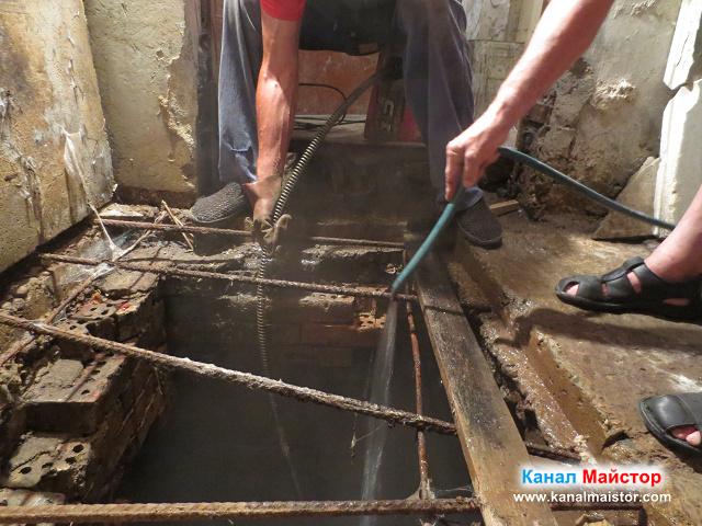 Канала в мазето е отпушен, но е за ремонт